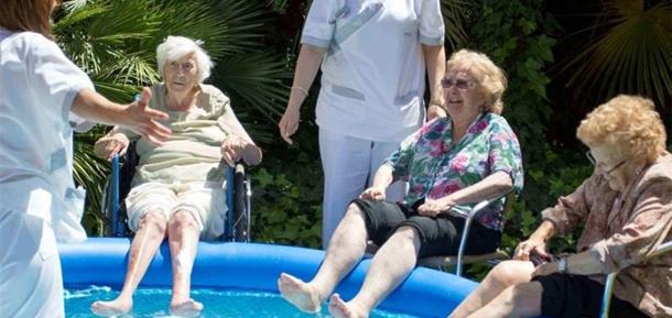 La actividad f sica aunque sea poca beneficiosa para la for Escaleras de piscinas para personas mayores